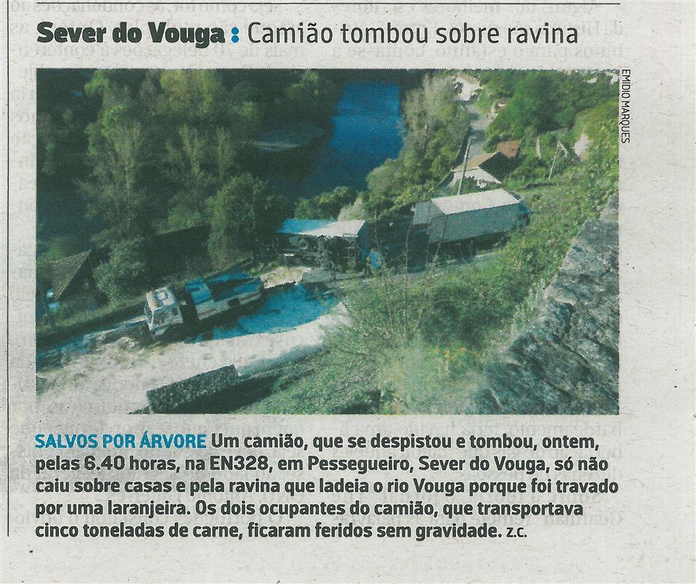 JN-08abr.'17-p.31-Sever do Vouga : camião tombou sobre ravina.jpg